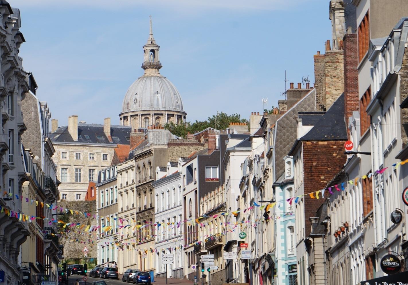 Huizen_kerk_Boulogne_sur_Mer_Opaalkust